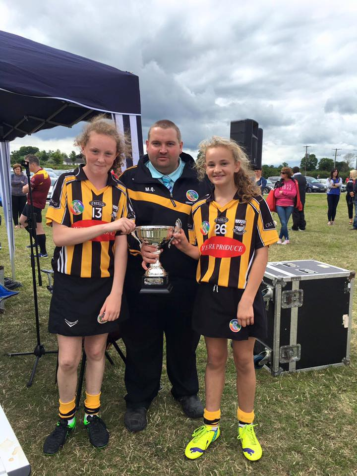 Chairman-Martin-Quilty-presents-the-Hennessy-Sports-Cup-to-the-Kilkenny-Red-Team-Joint-Captain
