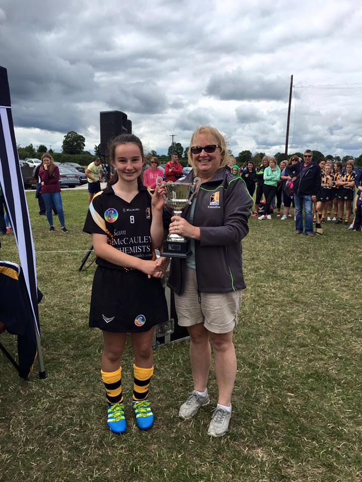 Lillian-Holohan-presents-the-Michael-Doyle-Memorial-Cup-to-the-Kilkenny-White-Team-Captain